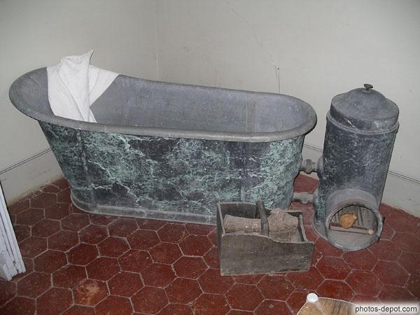 vieille baignoire et po le pour chauffer l 39 eau. Black Bedroom Furniture Sets. Home Design Ideas