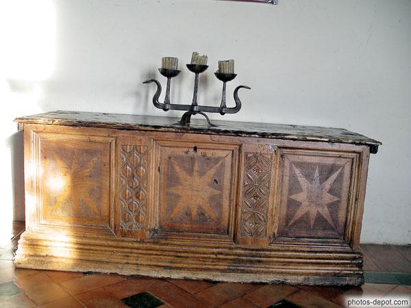 chandelier sur meuble coffre ouvrag. Black Bedroom Furniture Sets. Home Design Ideas