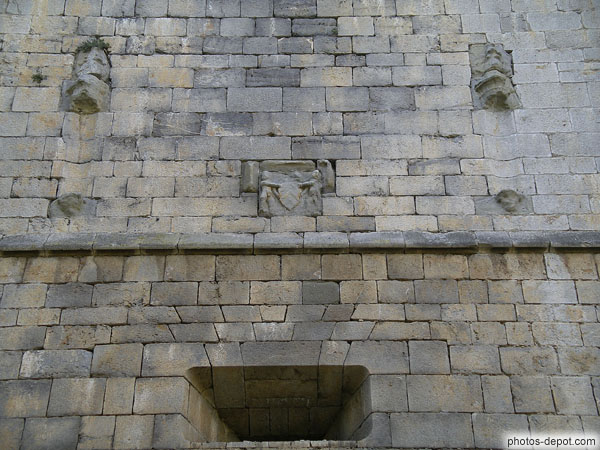 Blason et statues ornaient le mur au dessus de la porte d for Au dessus de la porte d entree