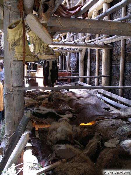 Fourrures et objets indiens dans une maison longue for Objets domotiques dans une maison