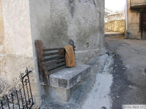 banc de pierre et peau de b te. Black Bedroom Furniture Sets. Home Design Ideas
