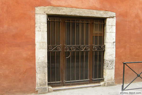 photo de porte fenêtre à grille, linteau de bois et mur rouge ~ Linteau En Bois