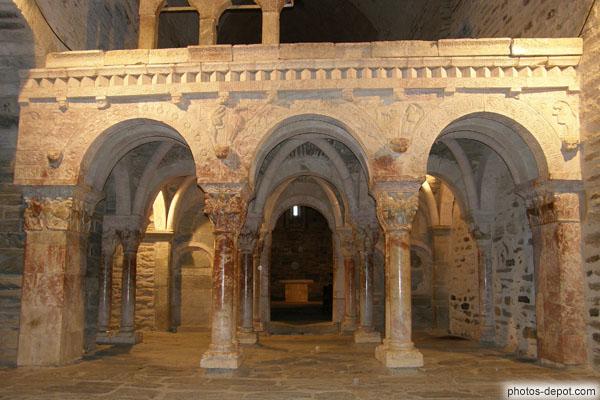 photo d'armée de colonnes aux chapiteaux sculptés et tribune qu'elles supportent toutes deux de marbre rose