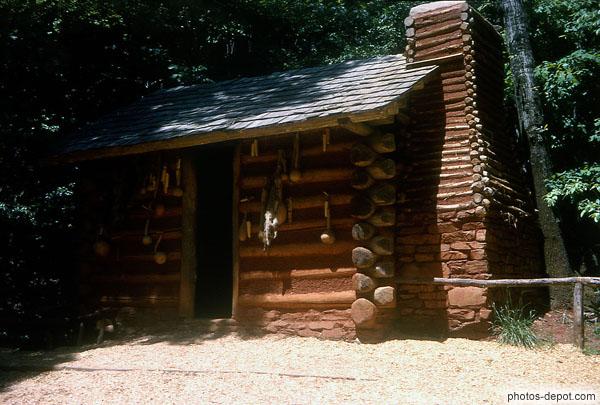 baraque de bois aux ustensiles pendus et chemin e ext rieure. Black Bedroom Furniture Sets. Home Design Ideas